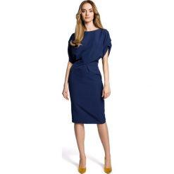 TOYA Sukienka midi kimonowe rękawy z zakładkami - granatowa. Niebieskie sukienki hiszpanki Moe, midi, dopasowane. Za 136,99 zł.