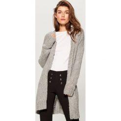 Sweter oversize z paskiem - Szary. Szare swetry oversize damskie marki Mohito, l. Za 119,99 zł.