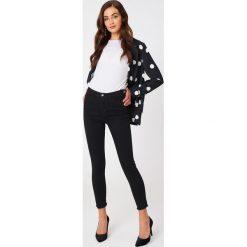 Spodnie damskie: NA-KD Jeansy z wysokim stanem - Black