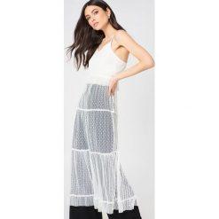 Glamorous Sukienka na ramiączkach z falbanką - White. Różowe sukienki na komunię marki Glamorous, z nadrukiem, z asymetrycznym kołnierzem, asymetryczne. W wyprzedaży za 81,18 zł.