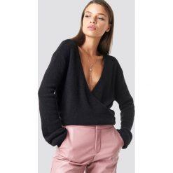 NA-KD Trend Sweter z kopertowym dekoltem - Black. Białe swetry klasyczne damskie marki NA-KD Trend, z nadrukiem, z jersey, z okrągłym kołnierzem. Za 121,95 zł.