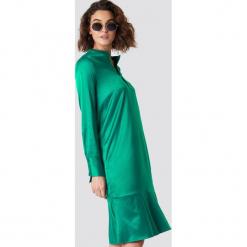 Emilie Briting x NA-KD Satynowa sukienka z długim rękawem - Green. Zielone długie sukienki Emilie Briting x NA-KD, z satyny, z asymetrycznym kołnierzem, z długim rękawem, asymetryczne. Za 121,95 zł.