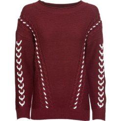 Sweter dzianinowy ze sznurowaną wstawką bonprix czerwony klonowy. Czerwone swetry klasyczne damskie marki bonprix, z dzianiny, ze sznurowanym dekoltem. Za 109,99 zł.