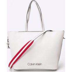 Calvin Klein - Torebka. Szare torebki klasyczne damskie marki Calvin Klein, w paski, z materiału, duże. W wyprzedaży za 539,90 zł.