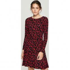 Wzorzysta sukienka - Czerwony. Czerwone sukienki Sinsay, l. Za 79,99 zł.