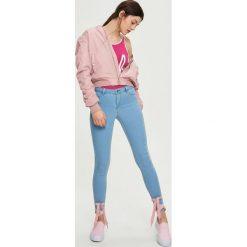 Jeansy skinny mid waist - Niebieski. Białe jeansy damskie skinny marki Sinsay, l, z napisami. Za 39,99 zł.