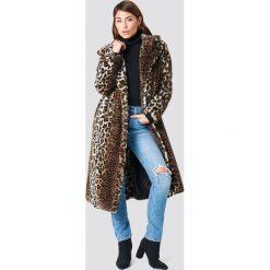NA-KD Trend Płaszcz ze sztucznym futrem Leo - Brown. Białe płaszcze damskie marki NA-KD Trend, z nadrukiem, z jersey, z okrągłym kołnierzem. Za 404,95 zł.