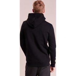Holzweiler HANGER HOODIE Bluza z kapturem black. Czarne bejsbolówki męskie Holzweiler, l, z bawełny, z kapturem. Za 669,00 zł.