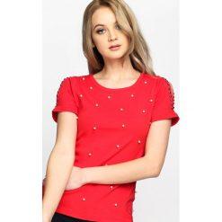 Czerwona Bluzka Escalate. Czerwone bluzki z odkrytymi ramionami marki KALENJI, z elastanu, z krótkim rękawem, krótkie. Za 59,99 zł.