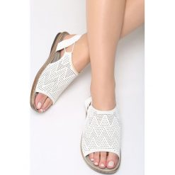 Białe Sandały Jasper. Białe sandały damskie marki Born2be, z materiału, na obcasie. Za 79,99 zł.