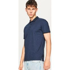 Koszulka polo z mikroprintem - Granatowy. Niebieskie koszulki polo marki Reserved, l. W wyprzedaży za 49,99 zł.