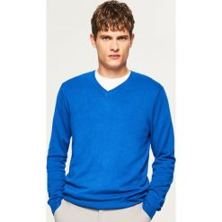 Sweter z dekoltem w serek - Niebieski. Niebieskie swetry klasyczne męskie marki bonprix, l, melanż, z kapturem. Za 79,99 zł.