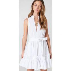 Sukienki: Debiflue x NA-KD Sukienka bez rękawów z wiązaniem – White