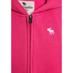 Abercrombie & Fitch CORE Bluza rozpinana pink. Czerwone bluzy dziewczęce rozpinane Abercrombie & Fitch, z bawełny. Za 169,00 zł.