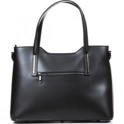 Skórzana torebka w kolorze czarnym - 45 x 37 x 13 cm. Czarne torebki klasyczne damskie Mia Tomazzi, w paski, z materiału. W wyprzedaży za 409,95 zł.
