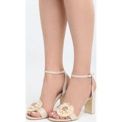 Jasnobeżowe Sandały Be Unique. Brązowe sandały damskie na słupku Born2be, z materiału, na wysokim obcasie. Za 79,99 zł.