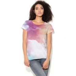 Colour Pleasure Koszulka damska CP-034 57 różowo-błękitno-biała  r. M-L. Fioletowe bluzki damskie marki Colour pleasure, uniwersalny. Za 70,35 zł.