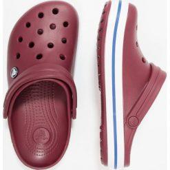 Crocs CROCBAND UNISEX Sandały kąpielowe bordeaux. Czerwone kąpielówki męskie Crocs, z gumy. W wyprzedaży za 143,20 zł.