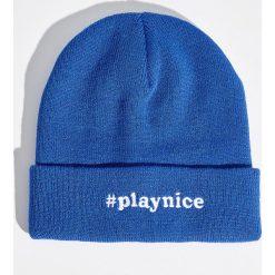 Czapka beanie z napisem - Niebieski. Niebieskie czapki zimowe damskie Sinsay, z napisami. W wyprzedaży za 9,99 zł.