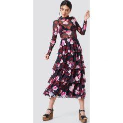 NA-KD Siateczkowa sukienka z warstwami - Multicolor. Szare długie sukienki NA-KD, ze stójką, z długim rękawem. Za 242,95 zł.