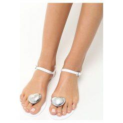 Białe Sandały Twinkle. Białe sandały damskie vices, na płaskiej podeszwie. Za 39,99 zł.