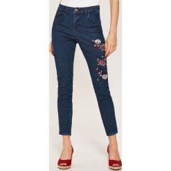 Jeansy damskie: Jeansy regular skinny z haftem - Niebieski