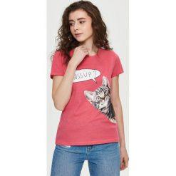 T-shirt z nadrukiem - Różowy. Czerwone t-shirty damskie Sinsay, l, z nadrukiem. W wyprzedaży za 14,99 zł.