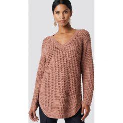 NA-KD Sweter ze splotem - Pink. Różowe swetry klasyczne damskie NA-KD, z dzianiny, dekolt w kształcie v. Za 113,00 zł.