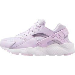 Nike Sportswear HUARACHE RUN SE (GS) Tenisówki i Trampki violet mist/white. Fioletowe trampki chłopięce marki Nike Sportswear, z materiału. W wyprzedaży za 293,30 zł.
