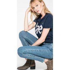 Wrangler - Jeansy Stonewash. Szare jeansy damskie marki Wrangler, na co dzień, m, z nadrukiem, casualowe, z okrągłym kołnierzem, mini, proste. W wyprzedaży za 169,90 zł.