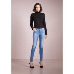 Emporio Armani Jeans Skinny Fit light blue denim. Niebieskie jeansy damskie marki Emporio Armani. W wyprzedaży za 559,30 zł.