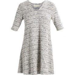 Sukienki dzianinowe: See u Soon Sukienka dzianinowa off white/black