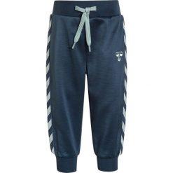 Hummel BABY PANTS Spodnie treningowe blue wing teal. Niebieskie spodnie chłopięce marki Hummel, z bawełny. Za 129,00 zł.