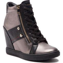 Sneakersy TOMMY HILFIGER - Wedge Sneaker FW0FW03687 Black 990. Czarne sneakersy damskie marki TOMMY HILFIGER, z materiału, z okrągłym noskiem, na obcasie. Za 599,00 zł.