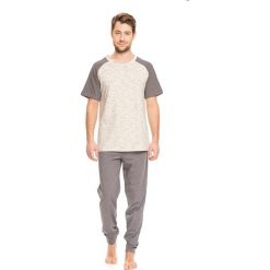 Piżama w kolorze szarym - bluzka, spodnie. Szare piżamy męskie Doctor Nap, s. W wyprzedaży za 94,95 zł.