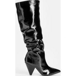 Czarne kozaki damskie. Czarne buty zimowe damskie marki Kazar, z futra, przed kolano, na wysokim obcasie, na koturnie. Za 949,00 zł.