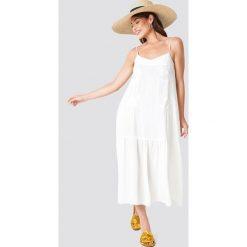 Trendyol Sukienka maxi z kwiatowym haftem - White. Szare długie sukienki marki Trendyol, na co dzień, z elastanu, casualowe, dopasowane. Za 161,95 zł.