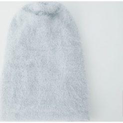 Czapka ze sztucznego futerka. Szare czapki damskie Pull&Bear. Za 39,90 zł.