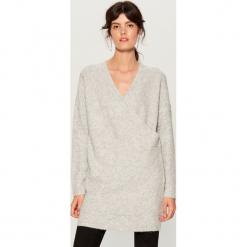 Długi sweter z kopertową zakładką - Szary. Szare swetry klasyczne damskie Mohito, l, z kopertowym dekoltem. Za 149,99 zł.
