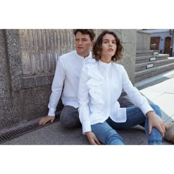 Koszula biała z falbaną - damska. Białe koszule damskie Pakamera, z tkaniny, klasyczne, z klasycznym kołnierzykiem. Za 239,00 zł.