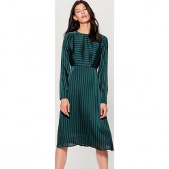 Satynowa sukienka w paski - Wielobarwn. Czarne sukienki marki Mohito, w paski, z satyny. W wyprzedaży za 99,99 zł.