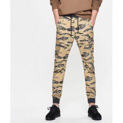 Odzież męska: Dresowe joggery camo - Żółty