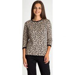 Sweter ze zwierzęcym motywem z rękawem 3/4 QUIOSQUE. Brązowe swetry klasyczne damskie QUIOSQUE, na jesień, ze skóry ekologicznej. W wyprzedaży za 79,99 zł.