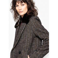 Płaszcze damskie pastelowe: Płaszcz typu caban z kołnierzem z syntetycznego futra