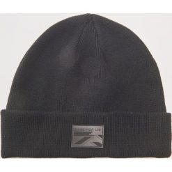 Czapka z aplikacją - Czarny. Czarne czapki zimowe męskie marki House, z aplikacjami. Za 29,99 zł.