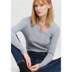 Swetry klasyczne damskie: Jasnoszary Sweter Composition