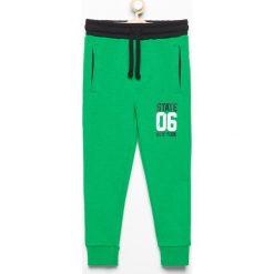 Spodnie dresowe - Zielony. Zielone chinosy chłopięce Reserved, z dresówki. Za 39,99 zł.