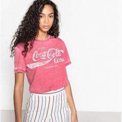 Koszulka z okrągłym wycięciem szyi, nadrukiem i krótkim rękawem. Czerwone bluzki z odkrytymi ramionami marki Coca-Cola, l, z nadrukiem, z bawełny, z okrągłym kołnierzem, z krótkim rękawem. Za 100,76 zł.