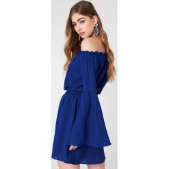 NA-KD Boho Sukienka z odkrytymi ramionami i szerokim rękawem - Blue. Niebieskie sukienki boho marki NA-KD Boho, na imprezę, w koronkowe wzory, z koronki, na ramiączkach, mini. Za 121,95 zł.