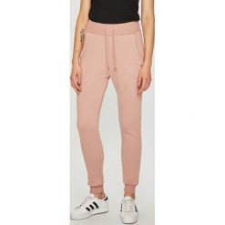 Guess Jeans - Spodnie. Różowe jeansy damskie z wysokim stanem Guess Jeans. Za 249,90 zł.
